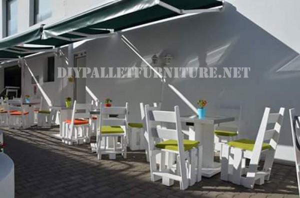 Sedie con pallet nel ristorante Papita
