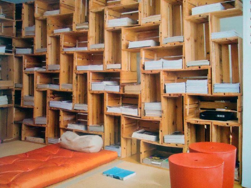 Libreria spettacolare costruito con cassette di frutta