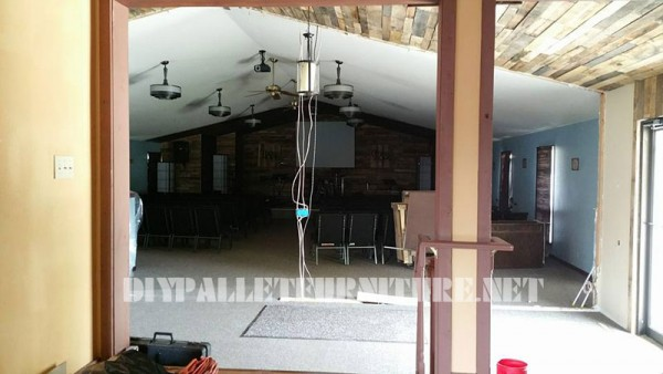 Video dell'applicazione di un soffitto rivestito con pallet 1