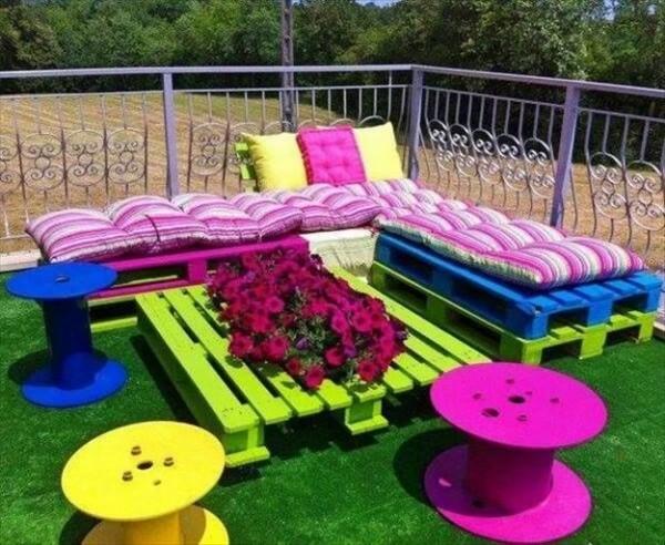 Colorato giardino con i pallet 1
