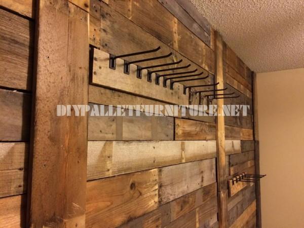 Muro rivestito con tavole pallet e appendiabiti 1