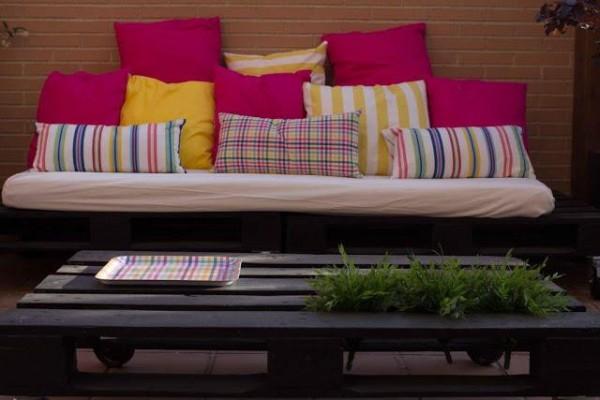 Piccola terrazza arredata solo con palletmobili con pallet for Terrazza arredata