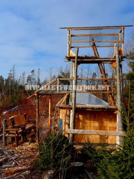 Atalaya fatto con tronchi e legno di recupero 1