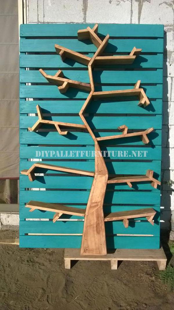 Ripiani con la forma di un albero fatto di pallet