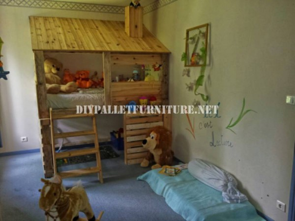 Capanna costruita con pallet per camera da letto di un for Case kit 1 camera da letto