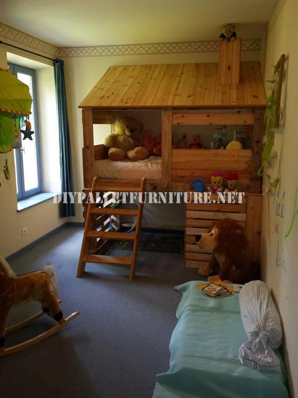 Capanna costruita con pallet per camera da letto di un for Capanna con 3 camere da letto