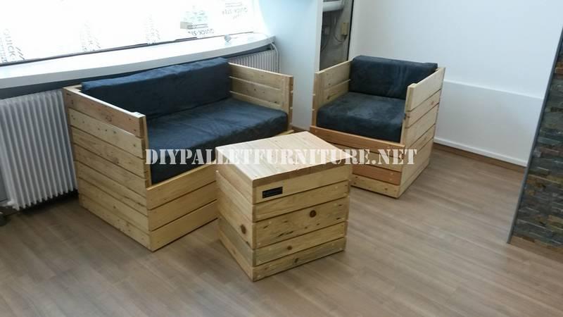 Poltrona, divano e tavolo con pallet 1