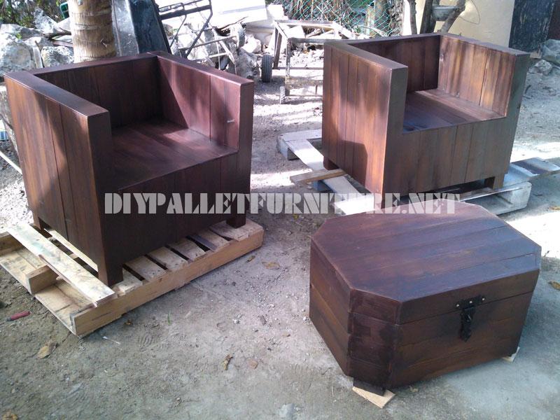 Poltrone e tavolino-tronco con pallet 1