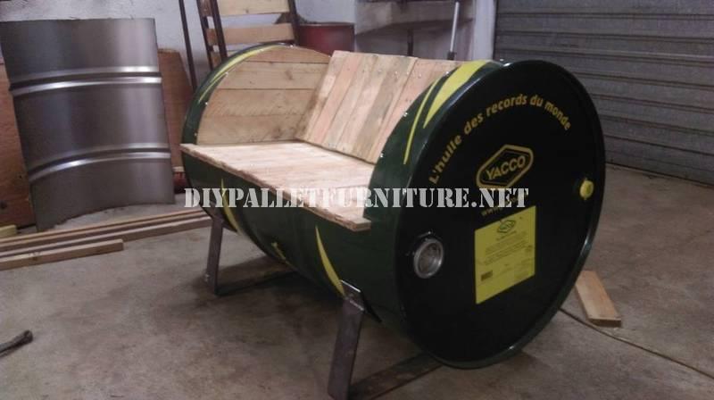 Sedile costruito con un tamburo di petrolio e pallet 1
