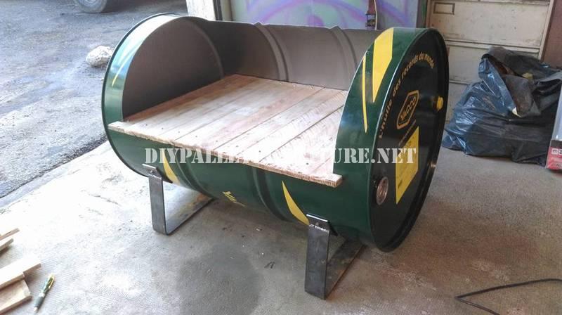 Sedile costruito con un tamburo di petrolio e pallet 4