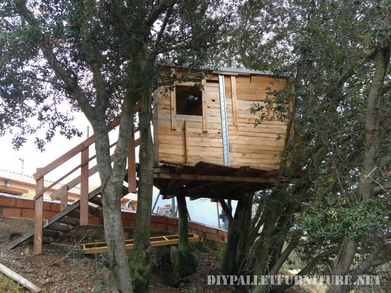 Una casa sull'albero con i pallet 1