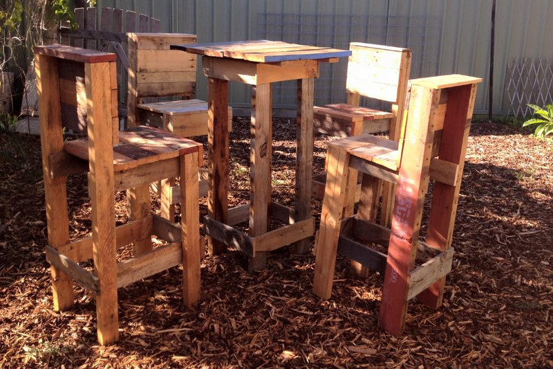 4 sgabelli e un tavolo alto con i pallet 1