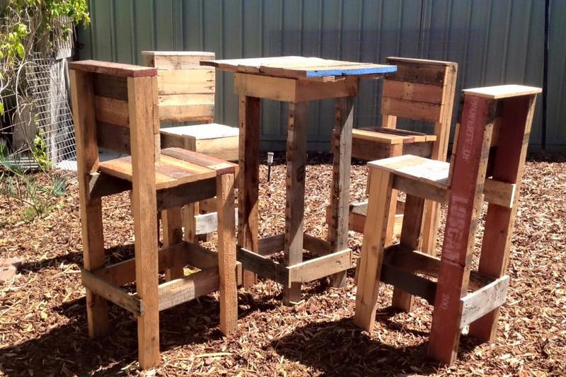 Sgabelli Con I Bancali : Sgabelli e un tavolo alto con i palletmobili con pallet mobili