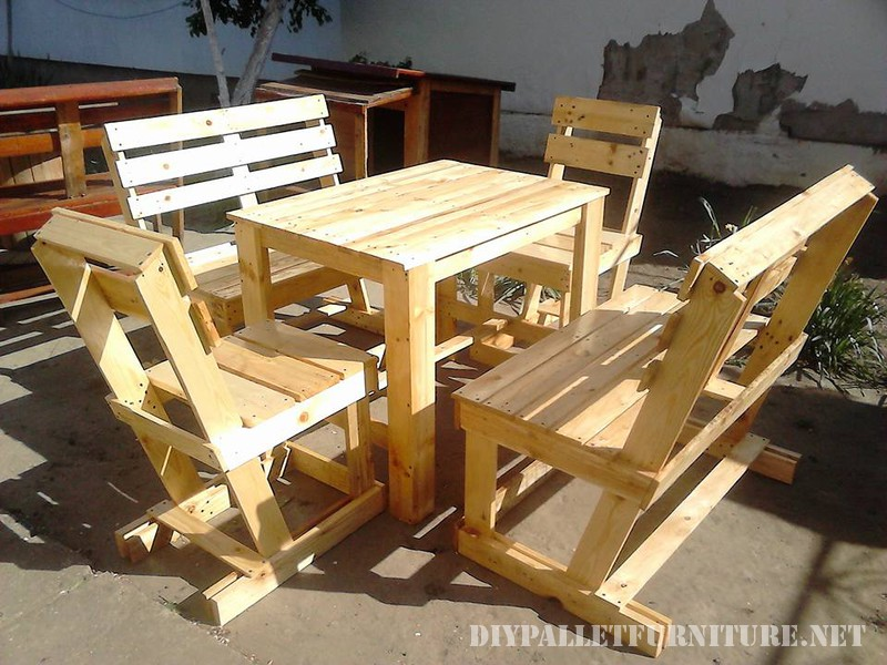 Tavolo e sedie fissati per il terrazzo 1