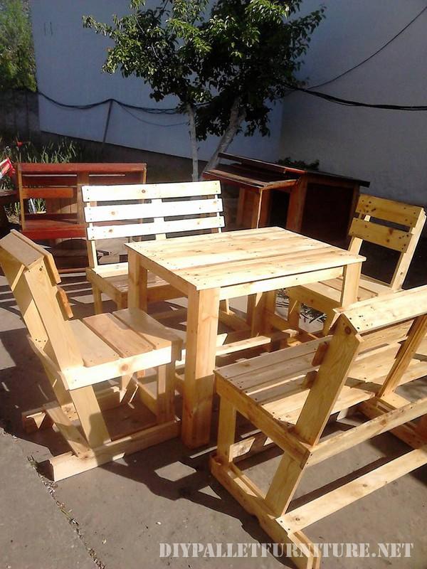 Tavolo e sedie fissati per il terrazzo 2