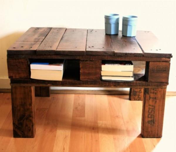 Questo tavolo rustico è-stato costruito con un singolo pallet e ...