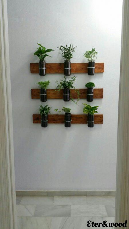 Planter verticale con assi di pallet e contenitori di vetro 2