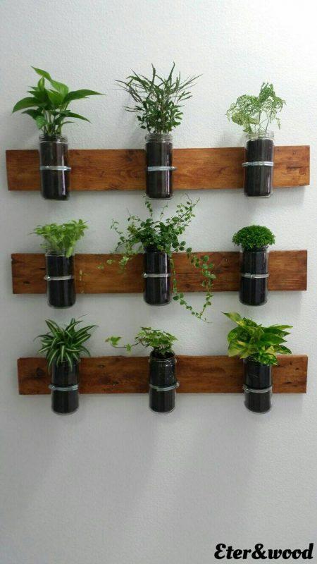 Planter verticale con assi di pallet e contenitori di vetro 3