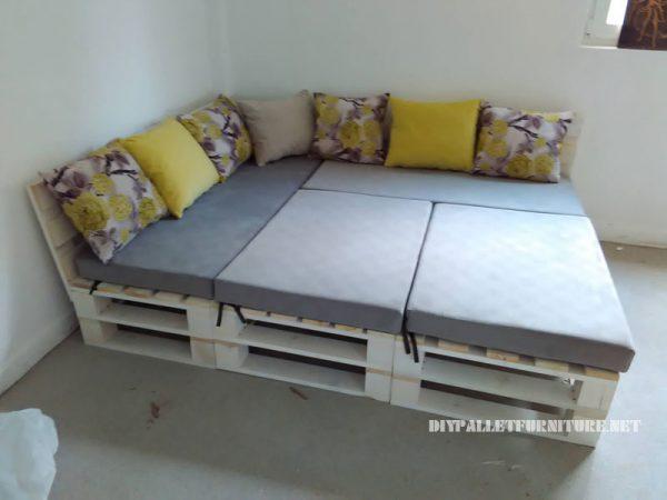 Divano pallet puff e tavolo trasformabile in lettomobili for Divano letto grande
