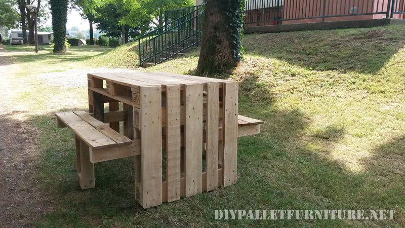 Tavola da picnic con sgabelli costruito utilizzando i pallet 1