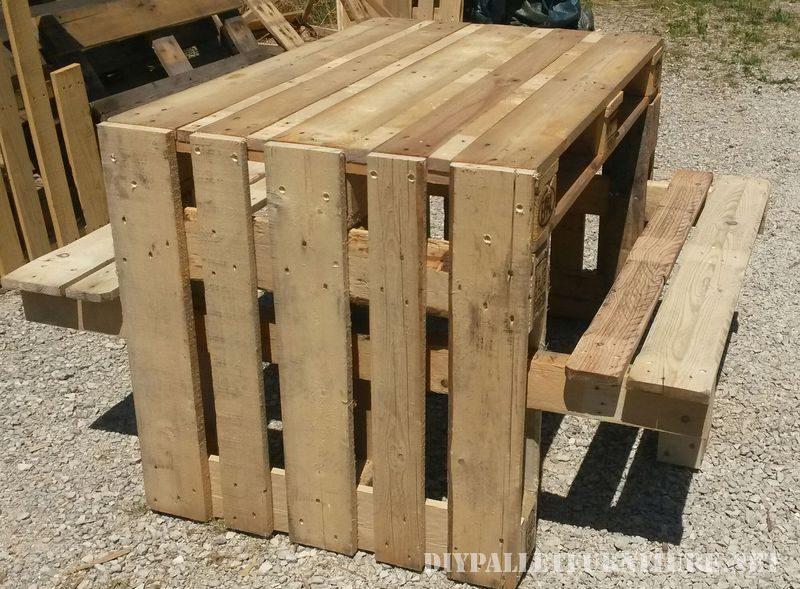 Tavola da picnic con sgabelli costruito utilizzando i pallet