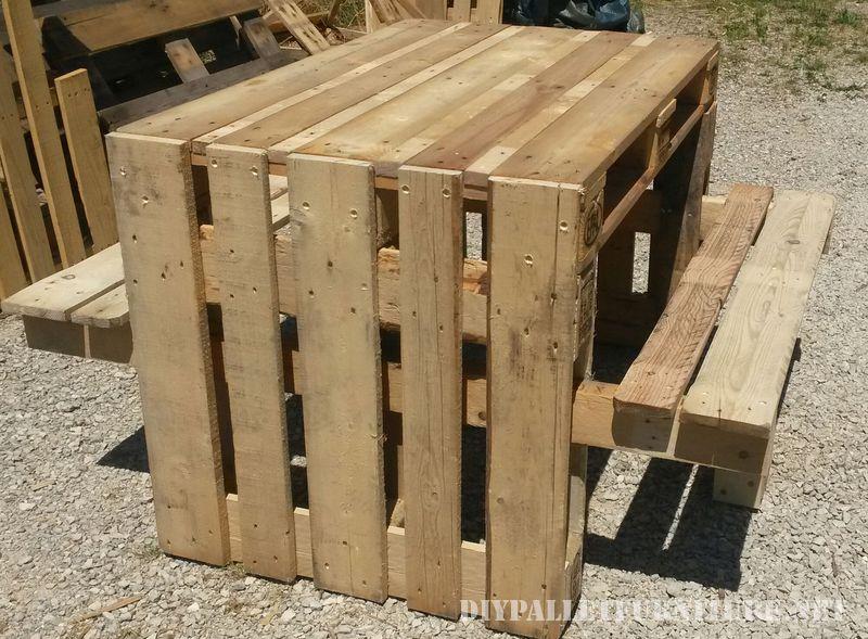 Tavola da picnic con sgabelli costruito utilizzando i pallet 2