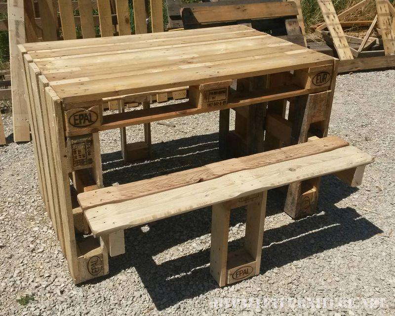 Tavola da picnic con sgabelli costruito utilizzando i pallet 3