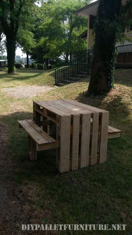 Tavola da picnic con sgabelli costruito utilizzando i pallet 4