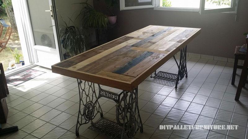 Tavolo realizzato con pallet e 2 macchine da cucire 1