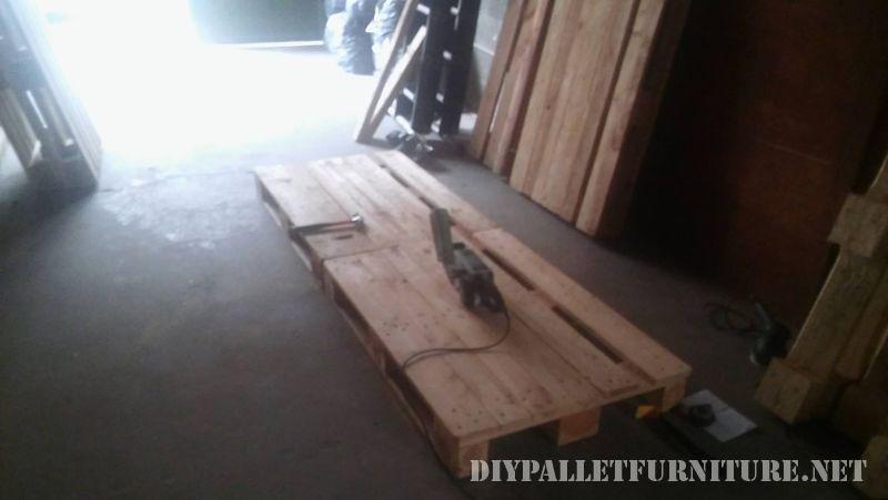 interessante-divano-costruita-con-pallet-2