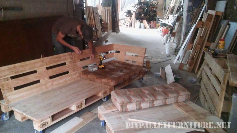 interessante-divano-costruita-con-pallet-3