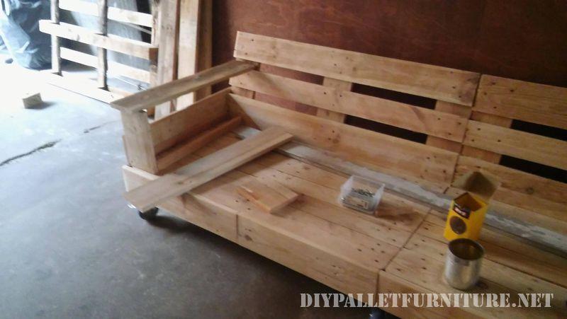 interessante-divano-costruita-con-pallet-4