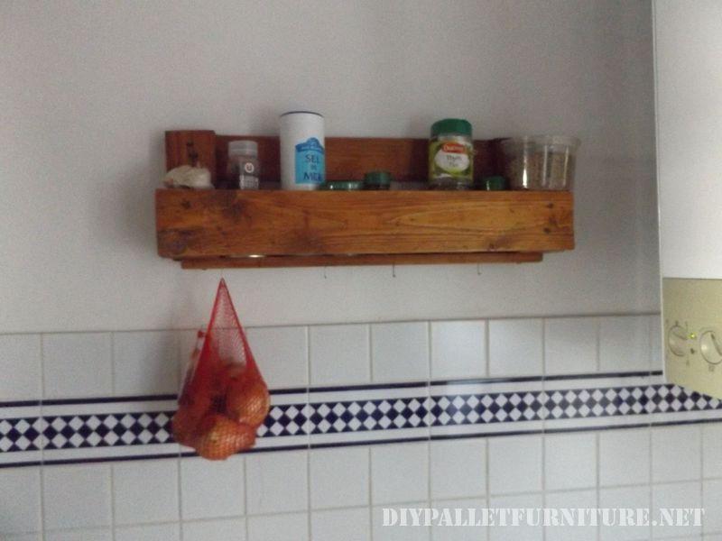 controsoffitto-della-cucina-con-una-stufa-fatta-di-pallet-3