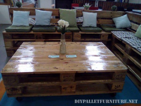 Divano e salotto tavolo fatto con i palletmobili con for Vendita mobili con pallet