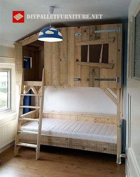 Letto con una piccola cabina di legnomobili con pallet for Costruendo una piccola cabina con soppalco
