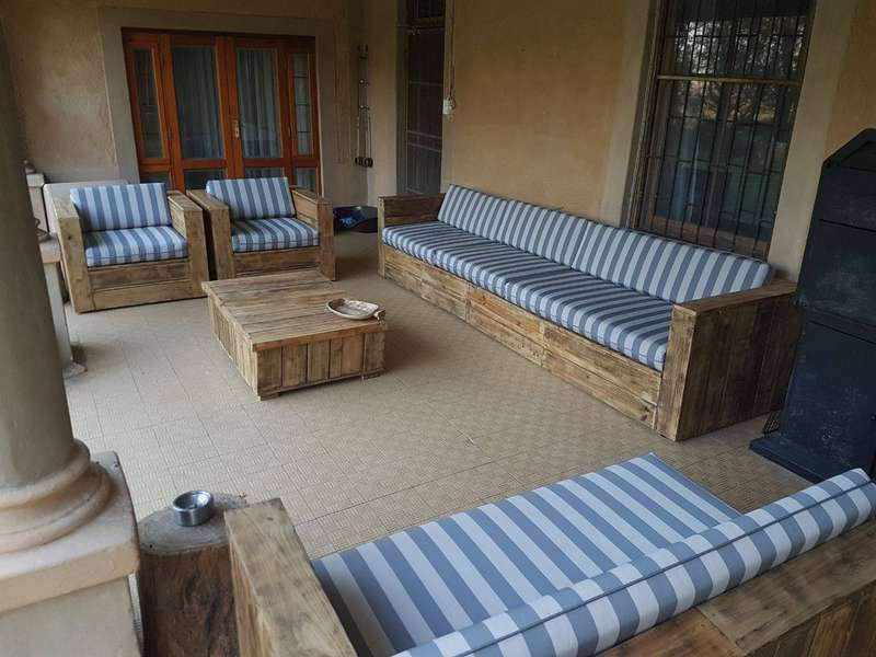 Terrazza e camera da letto arredate con mobili per palletmobili